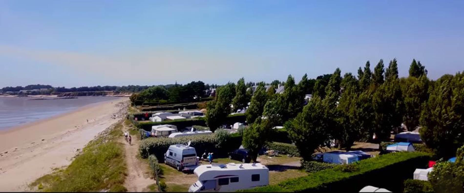 Vue Sur le Camping Les goélands et la plage de Bétahon ©