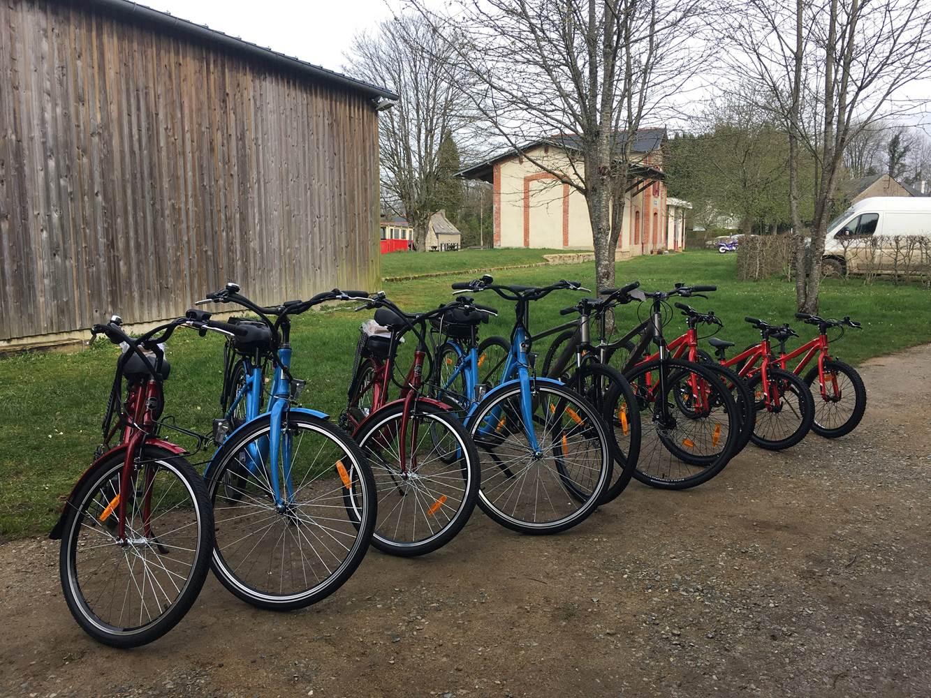 4 Vélos électriques 2 VTC et 4 vélos enfants disponibles, avec accessoires (casques, barre tandem, sacoche double, etc.) © Ar Marc'h du