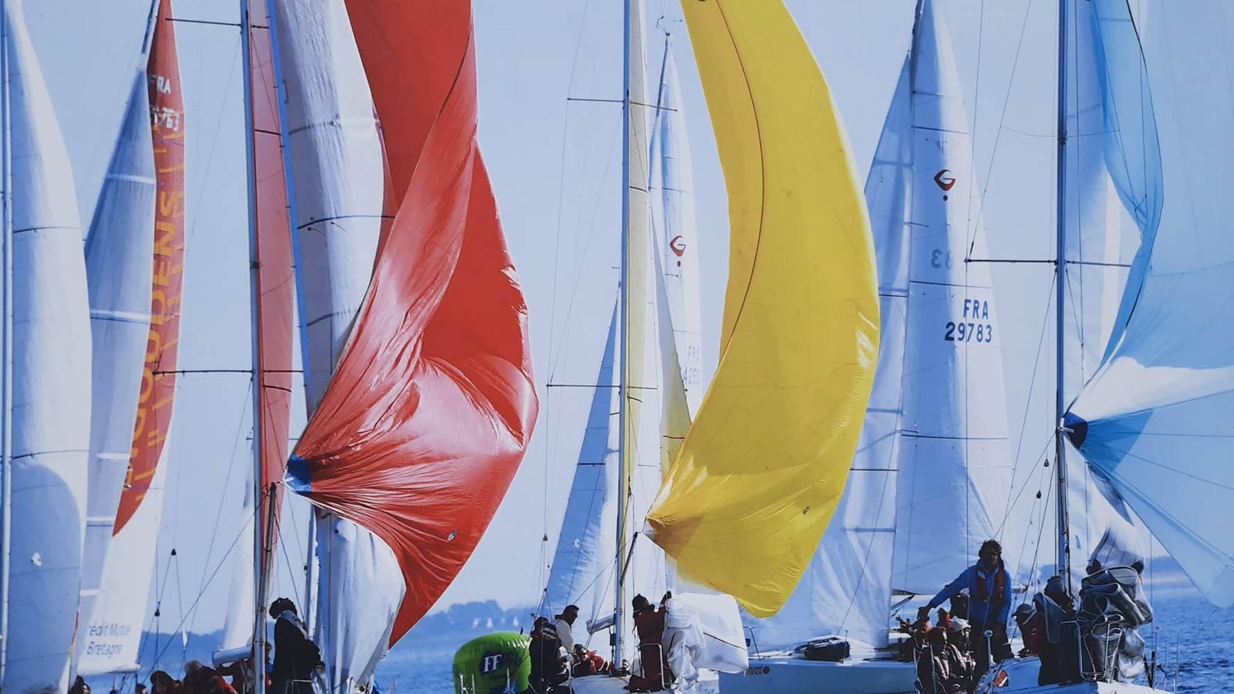 Les jolies couleurs des voiles des bateaux dans les eaux bretonnes à la Trinité-ur-Mer ©