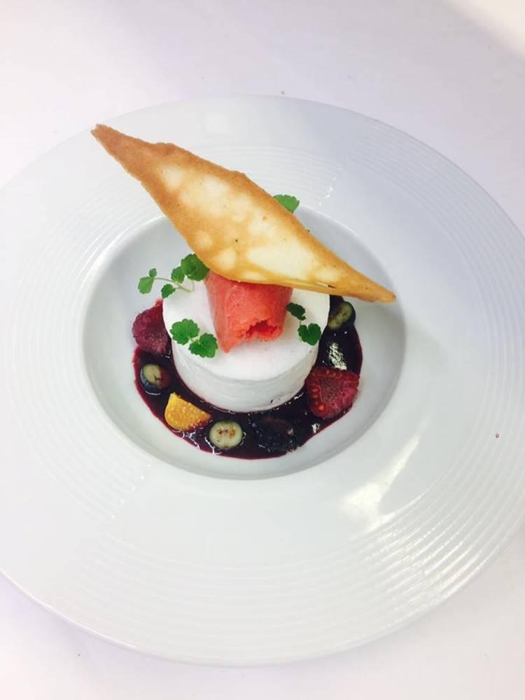 Blanc en neige à la vanille, lactée aux fruits rouges, sorbet fraise ©