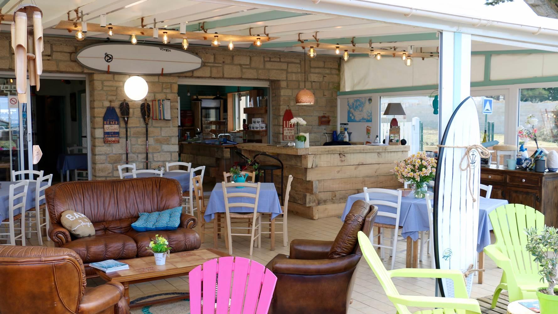 Accueil réception bar, salon et décoration bord de mer, surf, lecture... ©