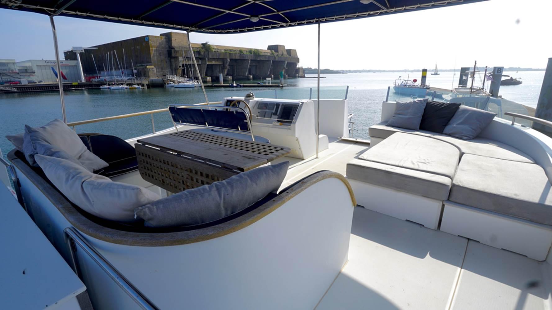Fly deck du catamaran à moteur Transcat 48 avec skipper ©