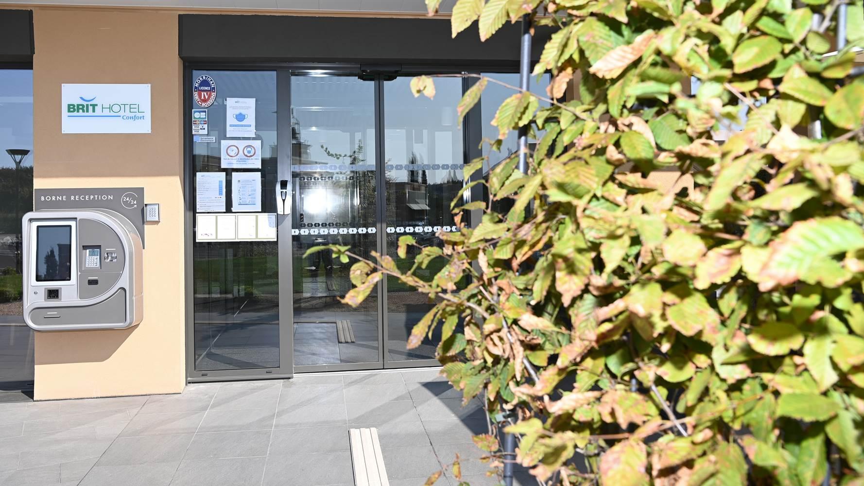 L'entrée de l'hôtel équipée d'une borne réception24h/24h ©