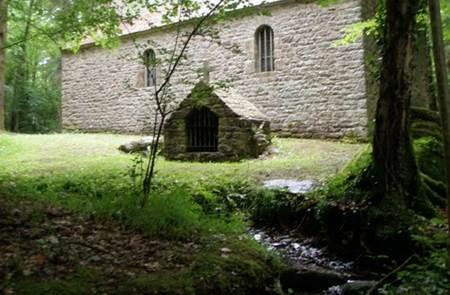 Chapelle et menhir Saint-Maurice
